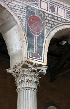 Détail d'un chapiteau corinthien et des décors sur les arcs.