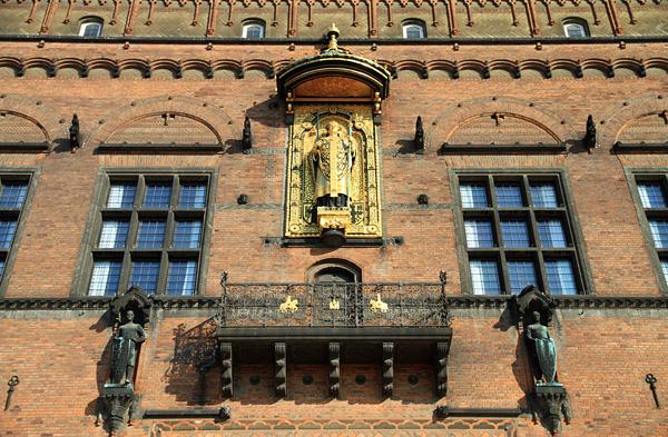 Détail du balcon, surmonté de la statue d'Absalon